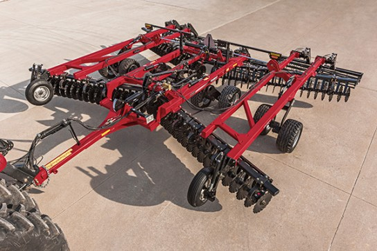 The new blades on the Case IH True-Tandem 335 VT level the soil by tossing it up and laterally away from the blades.